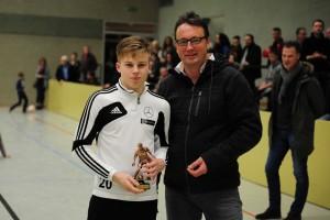Robin Flechsig erhält den Pokal für den besten Torschützen von Wolfgang Pusdrowski (Fa. von Garrel GMBH)